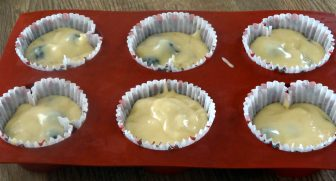 muffin-mure-chocolat-blanc-moule-rempli