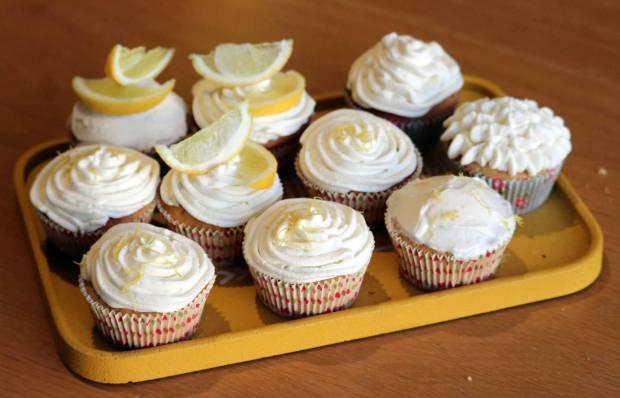 Plateau de cupcakes au citron et au pavot