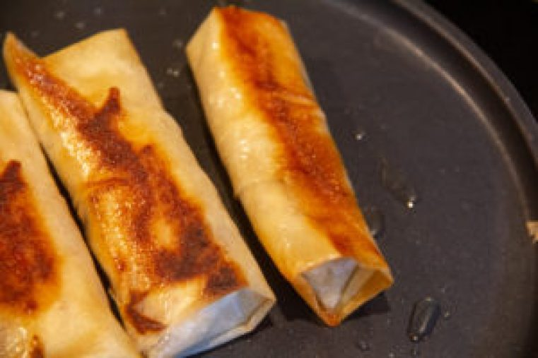 Faites revenir les nems dans une poêle avec un peu de beurre pour les dorer
