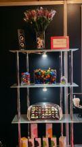 bombones, huevos y figuras a granel en chocolate belga, rosa de chocolate belga