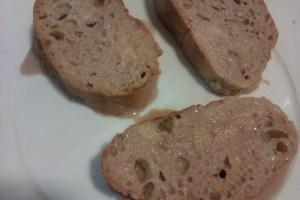 Paso 3: Mojar el pan en la mezcla y pasar a un plato.