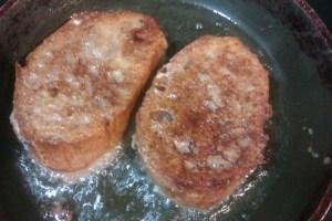 Paso 4: Freír las torrijas en abundante aceite.
