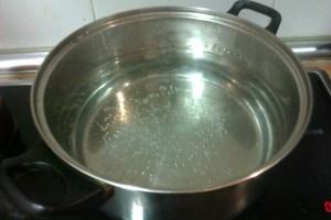 Para hacer esta receta lo primero que hacemos es llenar una olla grande (y cuando digo grande quiero decir bastante grande (veáse la imagen) con agua, media cucharadita de sal y una cucharada de vinagre blanco (para facilitar la coagulación).