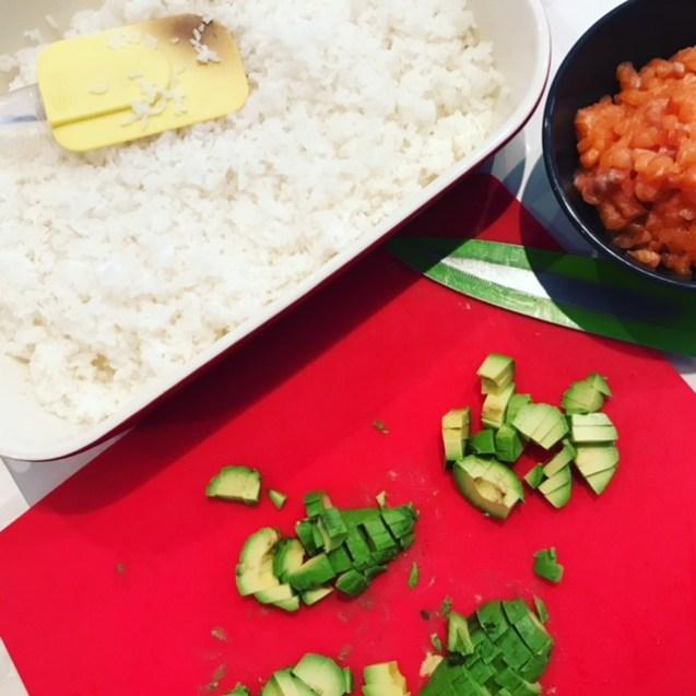 ingredientes para receta de temaki de tartar de salmón y aguacate