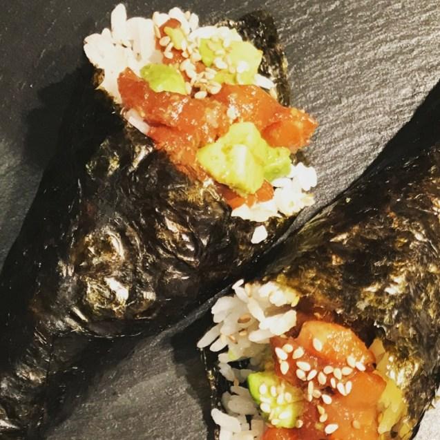 temaki sushi cono relleno de tartar de salmón y aguacate