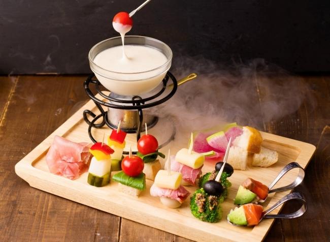 「冷たいチーズフォンデュ」が夏限定の新メニューで登場!新宿・渋谷のチーズ料理専門店で6月15日(金)~スタート!