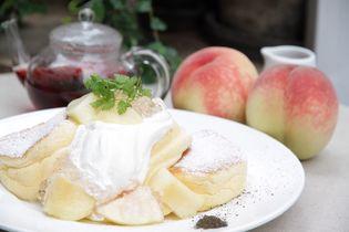 『幸せのパンケーキ』 季節限定メニュー発売  「国産白桃のローズヒップピーチパンケーキ」7月1日(日)~