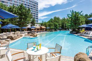 ヒルトン東京ベイ 首都圏で最大級の大きさの「ガーデンプール」  夜はリゾート感あふれるハワイアンBBQとナイトプール  今年から始まるナイトプールは平日がお得な大人2,500円