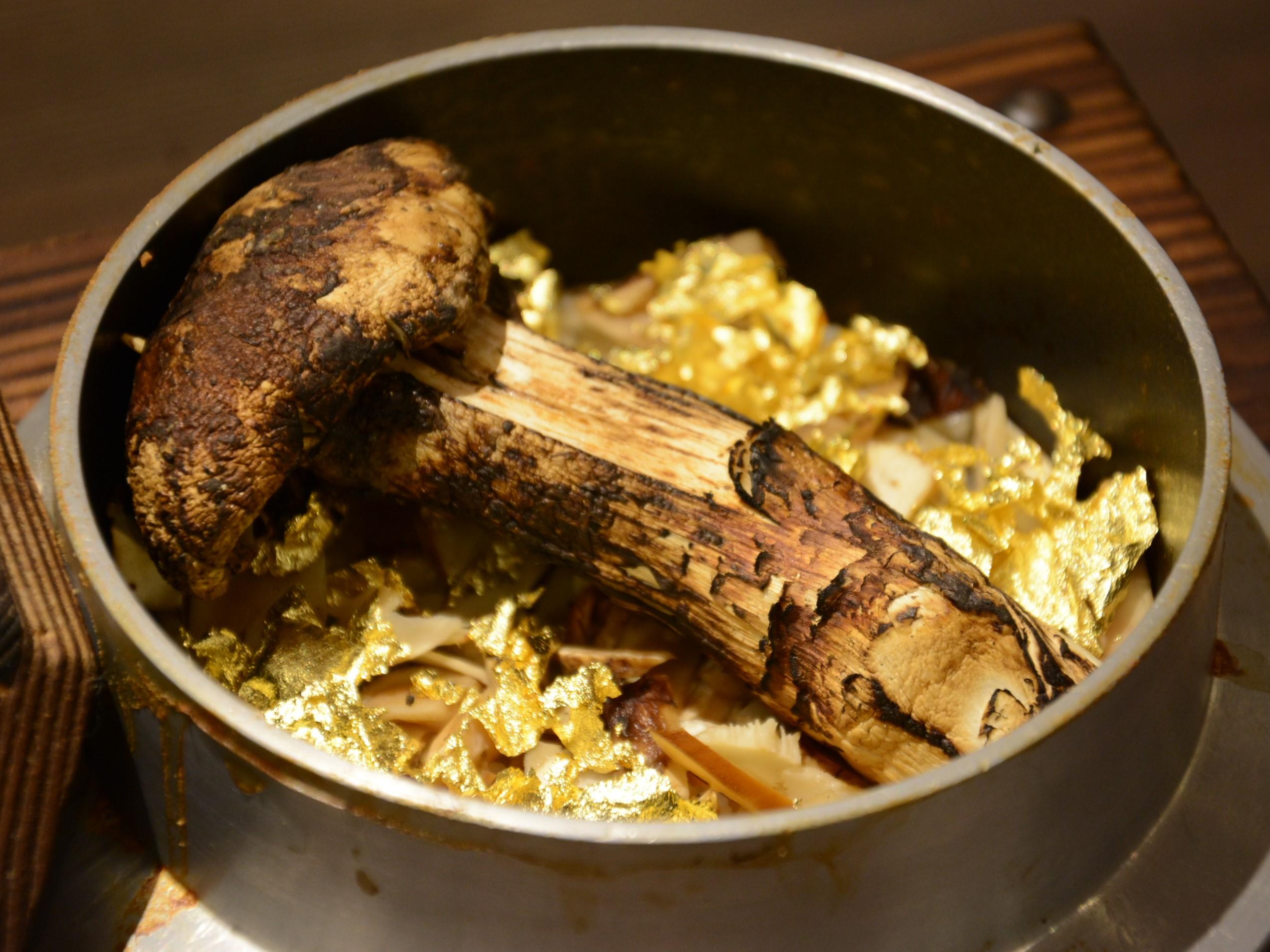 贅沢すぎる!金箔の上に松茸をまるごと1本のせた『黄金釜飯』が「米福 あべのルシアス店」にて10月5日(金)提供開始