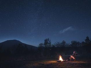 星のや軽井沢(長野県・軽井沢) 月あかりに照らされた夜の森で感覚を研ぎ澄ます 「脱デジタル滞在・冬」開催デジタル機器から離れ、 自然との一体感を得る2泊3日のプログラム 開催期間:2018年12月1日~2019年2月28日