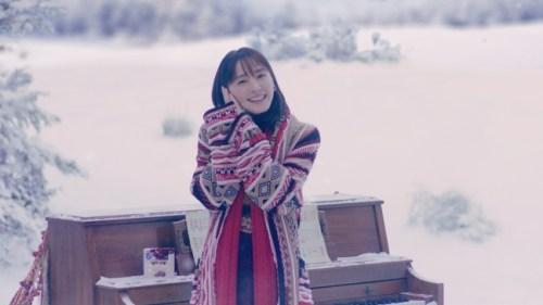 """新垣結衣さんの「しあわせだなぁ~♪」ポーズに注目!今年は""""冬の定番ソング""""を新垣さんがピアノで弾き語り メルティーキッス新TVCM 「雪原のピアノ篇」"""