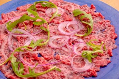 まるで溺れる程の生肉の海!名物生肉カルパッチョを味わえる関西初の生肉加工室併設&本格スモークローストマシーンを関西初導入!お肉のカジュアルレストラン「BLOOKS(ブルックス)」が中崎町にOPEN!