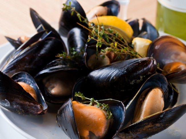 【1回 500円】ムール貝の両手つかみ取りがワンコイン!つかんだムール貝はワインビュッフェにあるお好きな白ワインで自分好みの蒸し焼きに