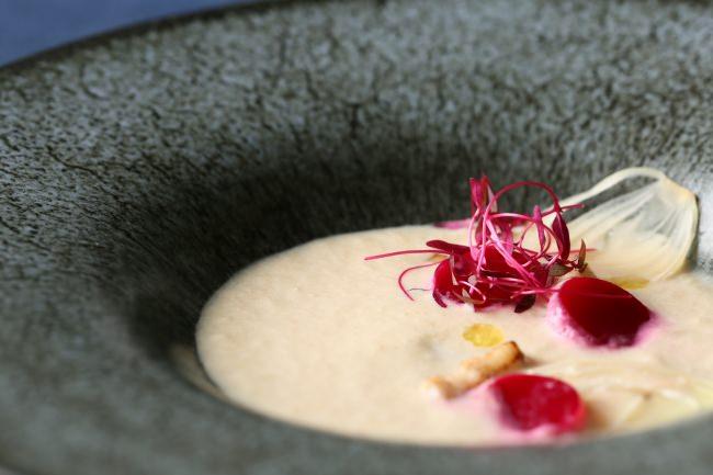 淡路島 新玉葱のスープ ビーツのクーリ 自家製ベーコンの香り