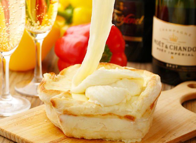 伸び~る、映える!!アリゴチーズかけ放題!!チーズONチーズでチーズの海に溺れちゃう♪「アリゴシカゴピザ」が500円でご提供♪