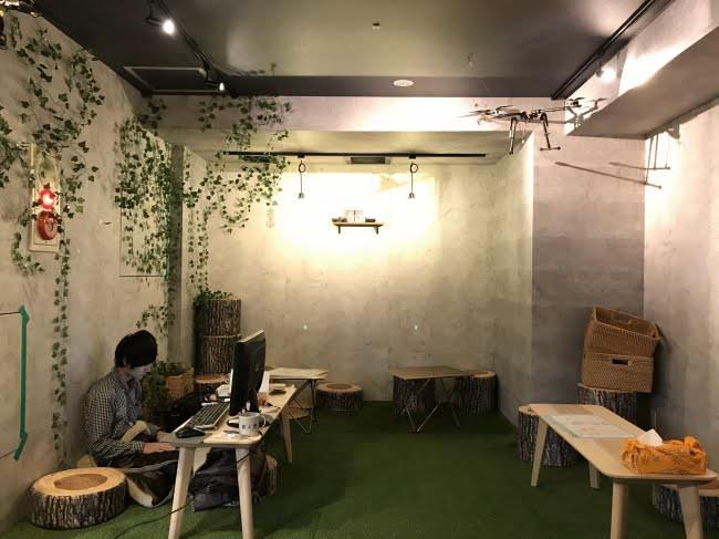 芝生の上でサークル新歓  新宿のカフェ&バー「無人島」大学生を積極的受入開始