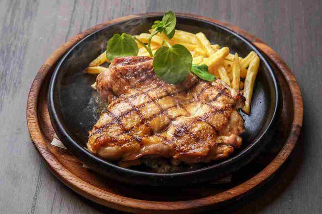 【毎日提供】ヘルシーで美味しい「大山鶏のグリルステーキ」が1,000円で味わえる!人気の『ハッピーアワーステーキ』に新メニュー登場【THE PUBLIC RED AKASAKA】