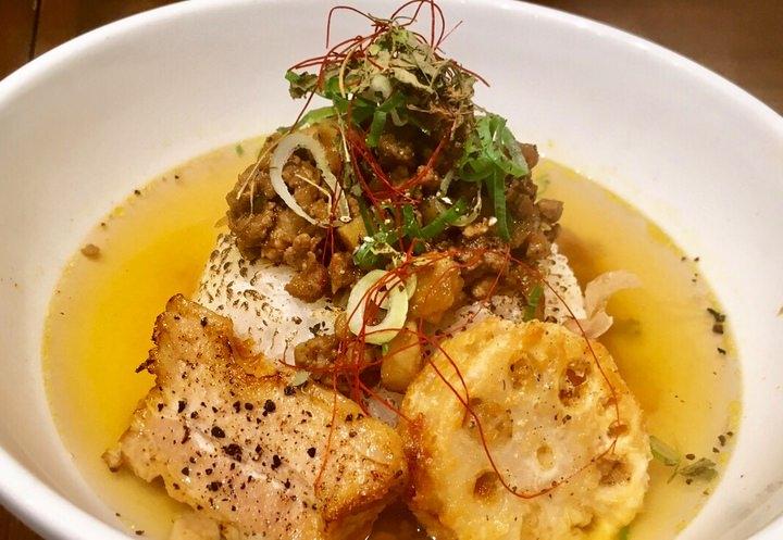 琥珀色に澄んだスープカレー!天然の素材こだわり抜いた出汁スープとウマミ凝縮した牡蠣の粗挽きスパイスキーマカレーの絶妙なコラボ!新しいのに、どこか懐かしい味わい。