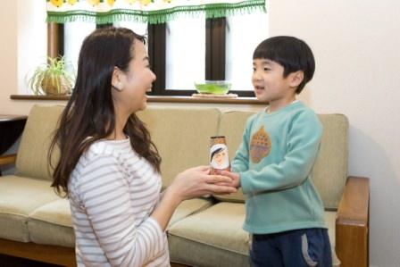 """江崎グリコとあんふぁんが母の日に提案 子供たちからママへ優しい気持ちを贈る""""ママの似顔絵つき""""「カフェオーレ」"""