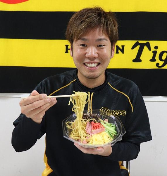 阪神甲子園球場で新たな選手コラボグルメの販売を開始 これからの暑い夏にぴったりな西選手とのコラボ冷やし中華が登場! ~甲子園でしか味わえないオリジナルメニューです~