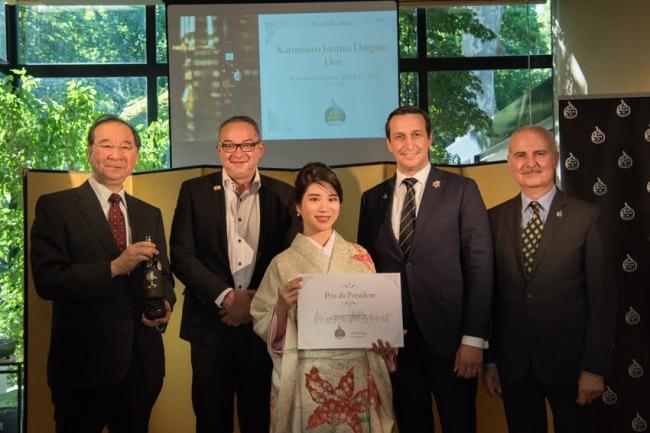 大江博OECD代表部大使、Kura Master審査員から祝福をうける仙台井澤家勝山酒造井澤優花様