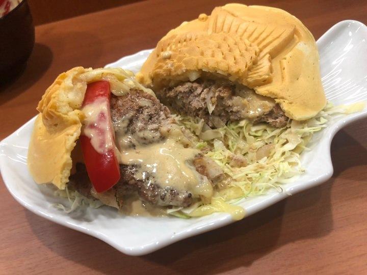 """和カフェで新メニュー""""たい焼きバーガー""""6月15日に販売開始。約200gのパティを目の前で炙って提供、土日のみ1日限定5食"""