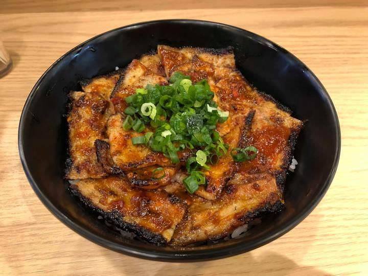 豚丼専門店が7月22日から季節限定メニュー「辛味噌豚丼」の発売を開始。疲れやすい夏場にスタミナ補給、9月末までの提供