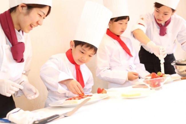 アニマルパフェ作り体験と『アラジンと魔法のランプ』テーマのデザートブッフェ!『親子で楽しむパティシエ体験&デザートブッフェ』開催