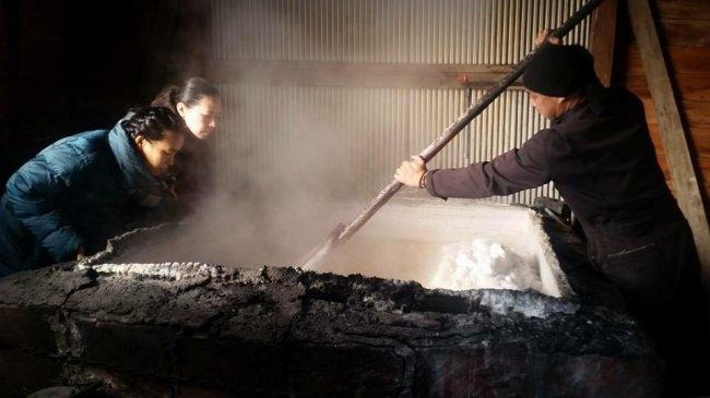 古来の製法を用いて持続可能な塩作りに取り組む「百姓庵」では、農業を中心とした持続可能なビジネスとその担い手を育成しています。