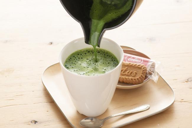 牛乳と抹茶を攪拌して作る抹茶ラテ