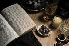 """ママノから「""""読書とチョコレート""""のペアリング」をテーマにした新作チョコレートを発表。シャインマスカット×20年熟成ラム×アリバカカオで、読書の秋に彩りを。"""