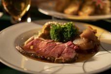 令和最初の秋に英国スタイルのバーがお届けするローストビーフなどの英国伝統料理と飲み放題がついたプラン!