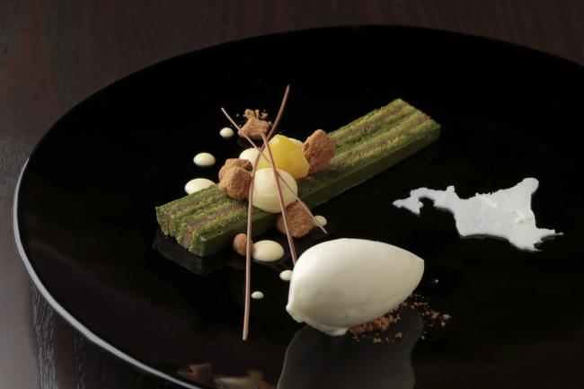 リーガロイヤルホテル京都 デザート「京都宇治抹茶を使用したガトーオペラ 北海道産牛乳のミルクジェラートを添えて」