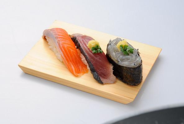 秋の美味しいものはここにあり! 『静岡食べづくし三貫王』 紅富士サーモン、かつおたたき、生しらす 旬なネタをリーズナブルに 3貫セットで475円(税別) 9月12日から提供