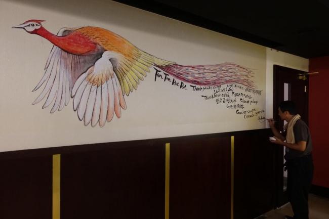 ドバイの下町に赤い孔雀が舞い降りた ~お酒が飲める火鍋屋に日本人アーティストの壁画登場~