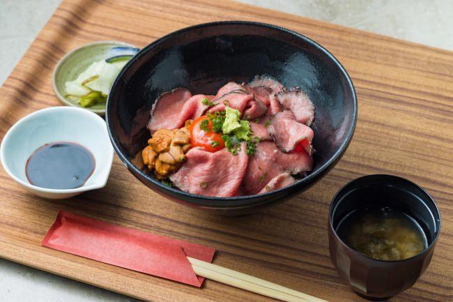 九州和牛の薪火ローストビーフ丼 ~ウニとこだわり卵乗せ~
