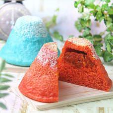 青いカレーパンの次は富岳三十六景をモチーフにした真っ赤な「赤い富士山カレーパン」!!生地にも唐辛子が練りこまれた辛口の焼きカレーパンが新発売!販売先も2店舗追加