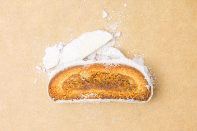 白あんとバターとマジパンのフィリングを生地に包んで和菓子のような味わいに
