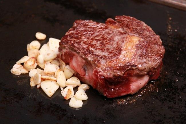 程よい脂身、とろけるような食感と肉の旨味をしっかり感じることができる極厚リブロースの塊。1g9円で。