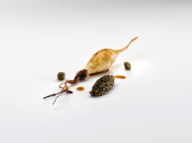 Shallots in toasted butter, capers and caviar Josean Alija