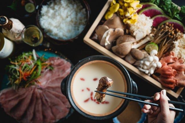 """9種のキノコを麹と豆乳のスープで食べる""""美容鍋""""美味しく乾燥&冷え対策!『米と魚 酒造 米家ル』高田馬場店"""