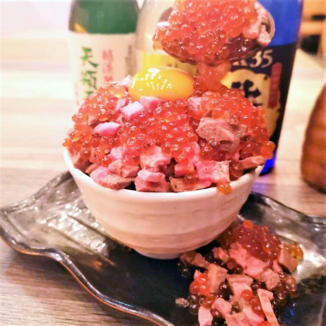 おいさーのかけ声で肉もいくらも溢れ出す!肉といくらのこぼれ飯が名古屋、四日市に初上陸!
