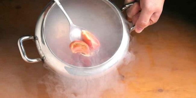 マイナス196℃の冷やしトマト...液体窒素を使い、トマトを低温加熱することで甘みを引き出します。また、瞬間的に冷却することで、フレッシュな味わいや、艶やかさをそのままにシャリっと口の中で溶け出す独特の食感をお楽しみ頂けます。