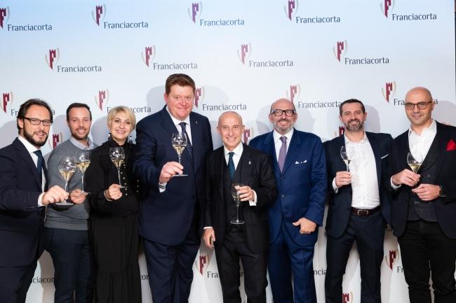 フランチャコルタ協会新会長 シルヴァーノ・ブレッシャニーニ(左から三番目)、イタリア大使(4番目)と来日したフランチャコルタ生産者