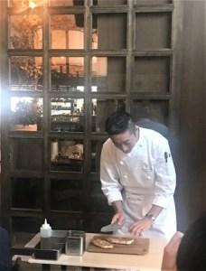 佐渡島黒豚を燕三条製の包丁で切り分ける石月料理長
