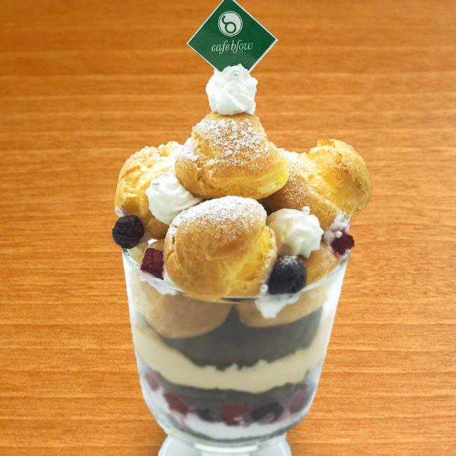 プレミアムシュークリームのパンケーキパフェ