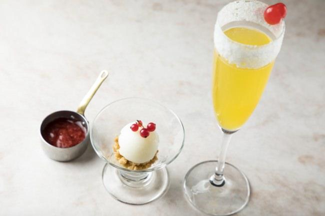 アミューズ(始まりのデザート):グラスフロマージュ あたたかいイチゴのソースとともに