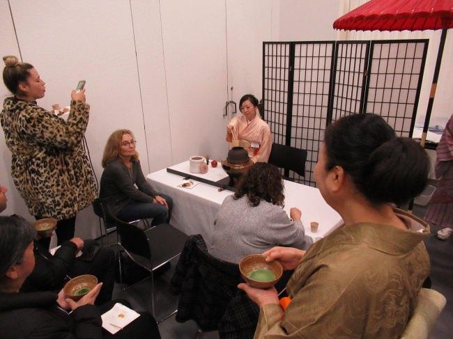前澤綾乃常務による茶道のデモンストレーションにより、羊羹だけでなく日本文化も発信。。