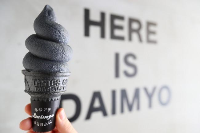 大人が楽しむのにもぴったり!ふわもこソフトクリームが人気の福岡の専門店から、黒一色のシックなソフトクリームが登場!