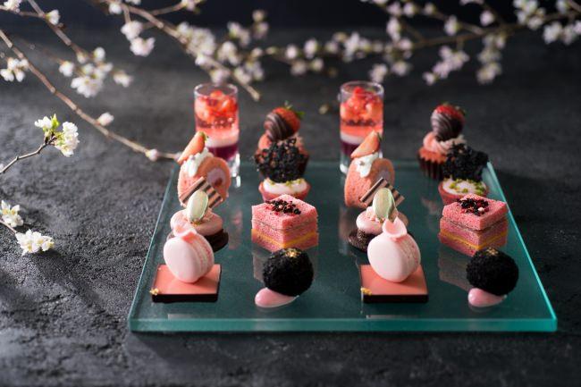 コンラッド東京、桜といちごがコラボレートした春めくアフタヌーンティー 「桜ストロベリー・アフタヌーンティー」